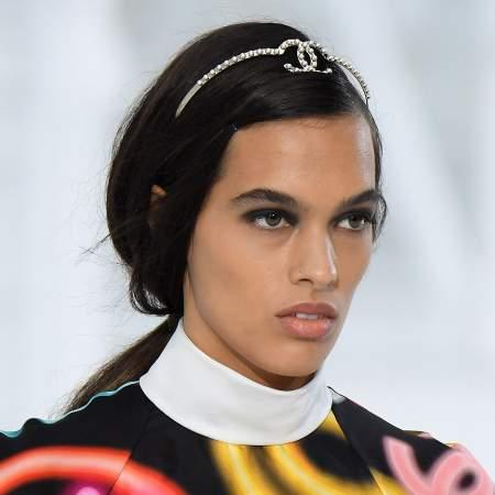 Обруч Chanel с жемчугом в виде фирменного знака