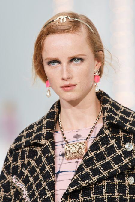 Обруч для волос с фирменным знаком Chanel