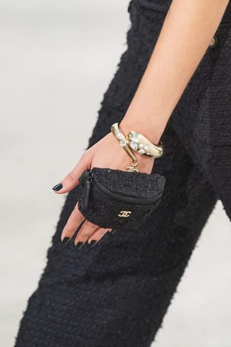 Маникюр с черным покрытием. Коллекция Chanel весна-лето 2021