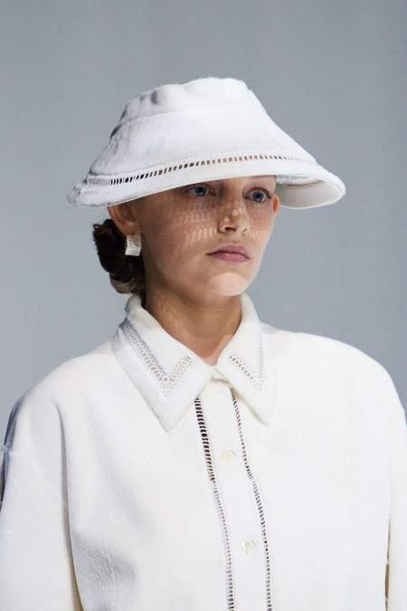 Белая шляпка из коллекции Fendi SS21