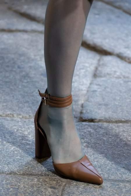 Бежевые туфли с острым носом и ремешком на щиколотке Max Mara