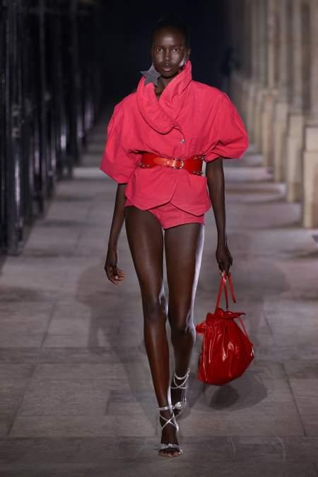 Небольшая сумка модного красного цвета