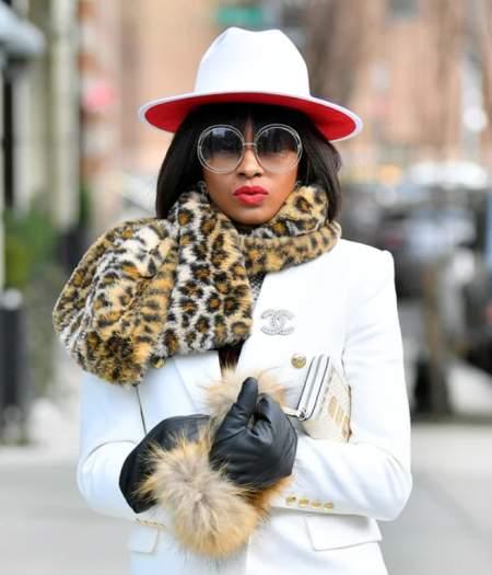 Красная помада, белая шляпа, белый жакет и леопардовый шарф