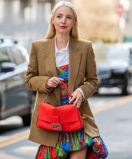 Красные губы и красная сумка в одном образе