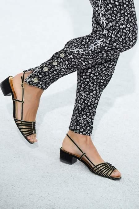 Черные сандалии с маленьким квадратным каблуком