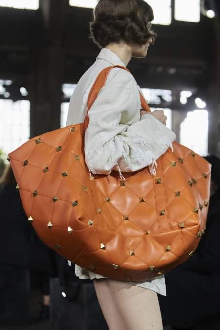 Объемная рыжая стеганая сумка Valentino