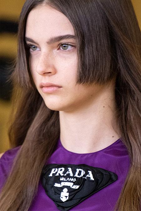 Модель Prada. Натуральный цвет лица и минимум макияжа