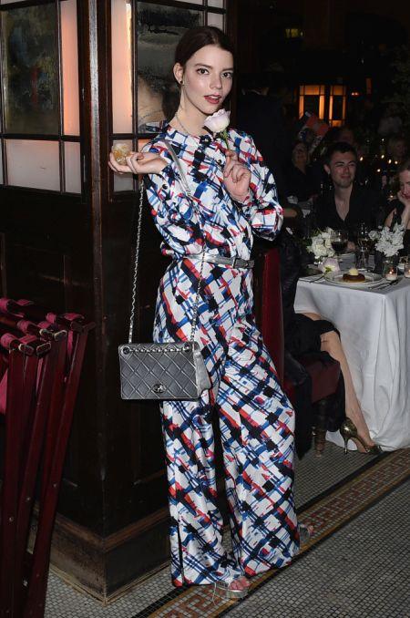 Актриса Аня Тейлор-Джой с серебристой сумкой Chanel