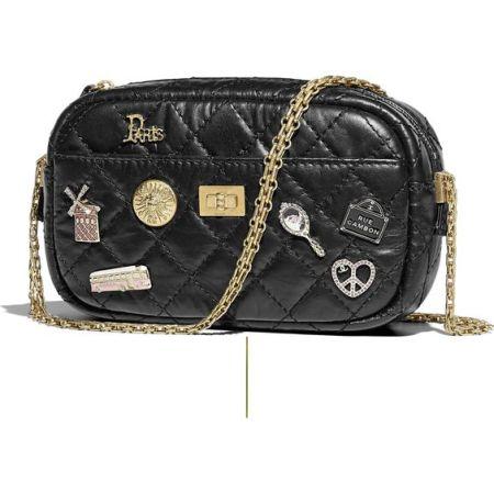 Черная сумка со значками от  Chanel