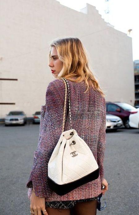 Черно-белый рюкзак Chanel на цепочке