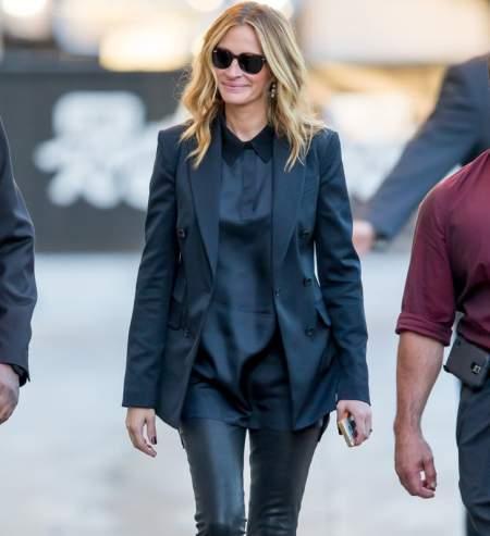 Джулия Робертс в атласной синей блузке, темном жакете и в очках с черными линзами