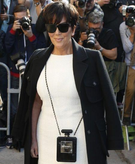 Крис Дженнер с черной сумкой в виде флакона духов Chanel №5