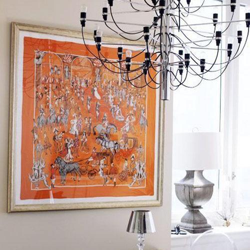 Платок Hermès в качестве декоративного элемента интерьера