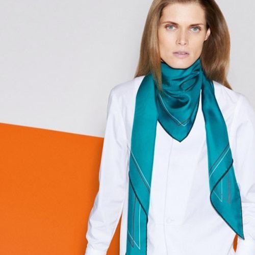 Шелковый платок от бренда Hermès бирюзового цвета