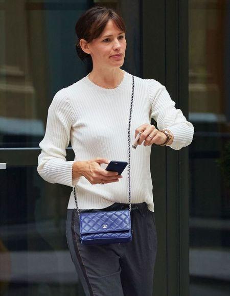 Дженнифер Гарнер с синей стеганой сумкой Chanel Wallet on chain