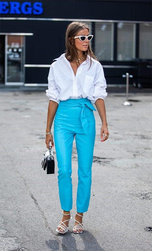 Белая рубашка и босоножки, ярко-голубые брюки