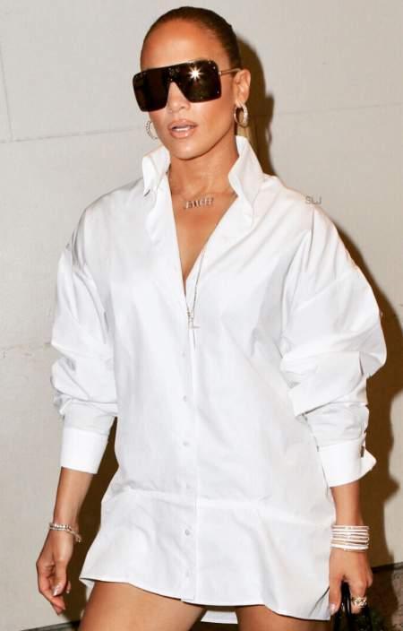 Джей Ло в белой рубашке и очках оверсайз