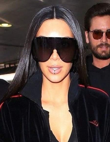 Ким Кардашьян в темных объемных очках