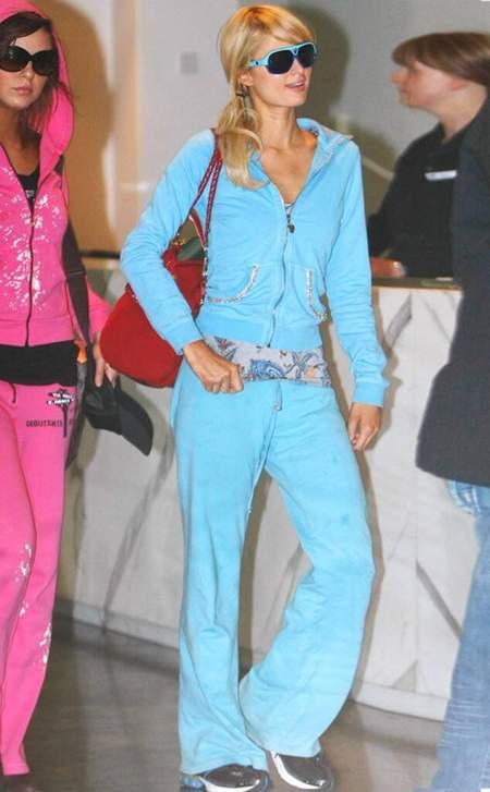 Хилтон в голубом спортивном костюме и очках с голубой оправой
