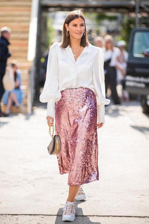 Микс стилей: кроссовки и юбка с пайетками