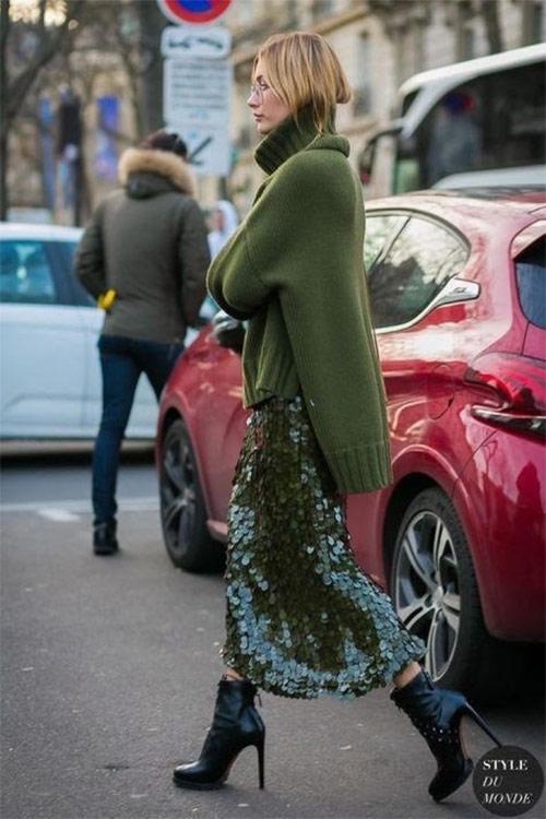 Юбка с пайетками в сочетании с шерстяным свитером