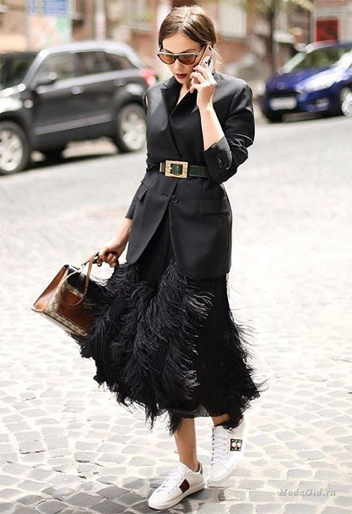 Микс стилей: юбка из перьев, жакет и кроссовки