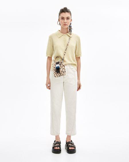 Белые брюки и светлая футболка-поло Bimba y Lola