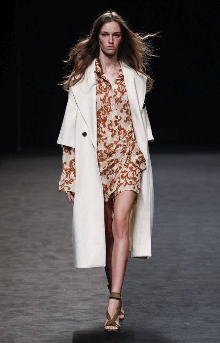 Длинное белое пальто с короткими рукавами Roberto Torretta