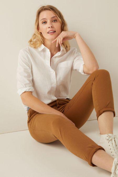 Коричневые брюки и белая рубашка Springfield