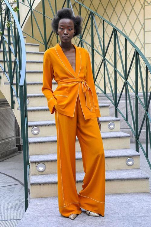 Оранжевый костюм в пижамном стиле