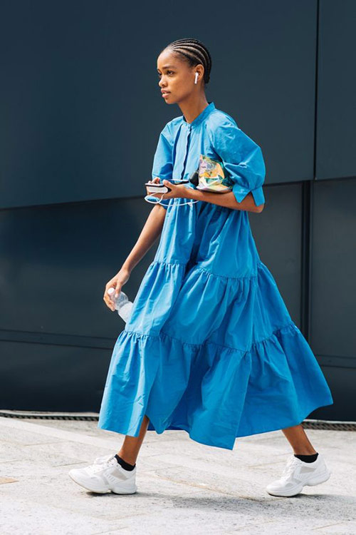 Голубое платье с оборками на городской моднице