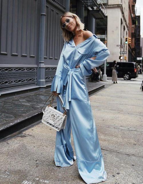 Шелковый костюм в пижамном стиле для модного лета 2021