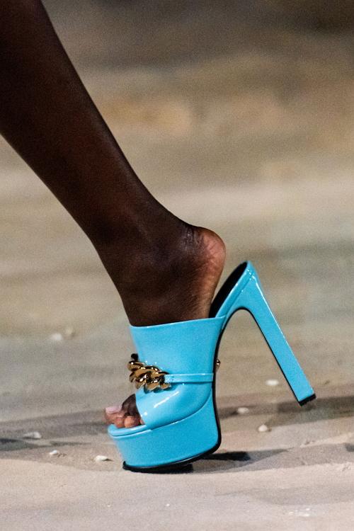 Платформа, актуальная обувь на весну 2021