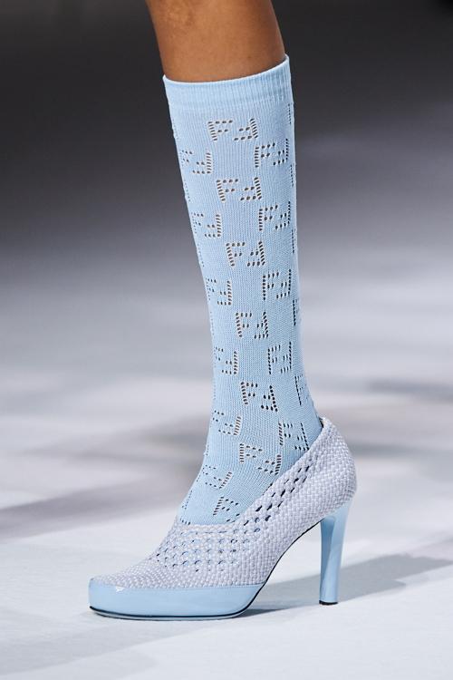 как носить обувь с носками тренды 2021