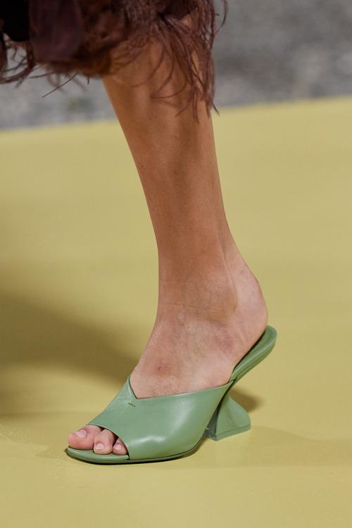 фигурный каблук модная обувь 2021