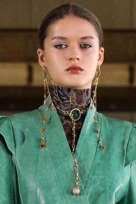 Аксессуары с цепями - модный тренд осень 2021