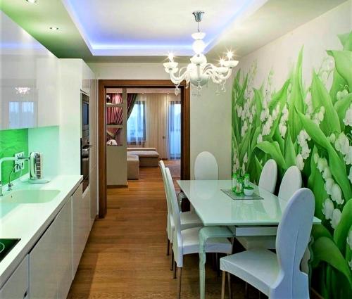 Обои с растительным орнаментом для кухни зрительно увеличивают пространство