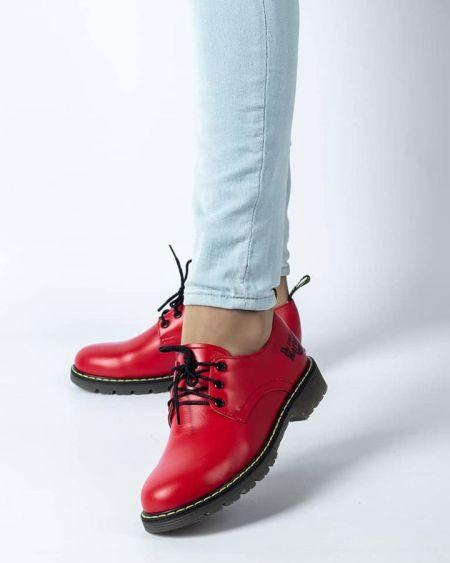 Красные туфли на шнуровке