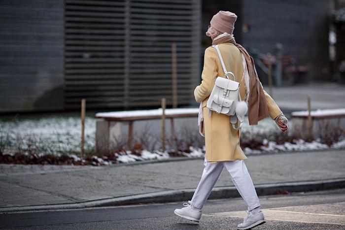 Желтое пальто - белый рюкзак и кроссовки. Образ для осени или зимы