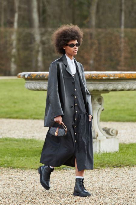 Маленькая черная сумка на коротком ремне из коллекции Celine