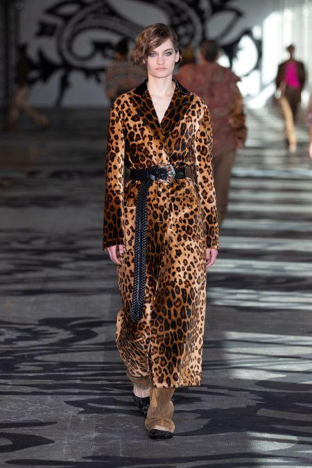 Длинный черный пояс с леопардовым пальто