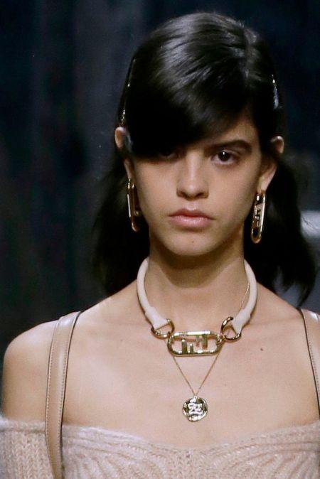 Украшение на шею и серьги в виде логотипа Fendi