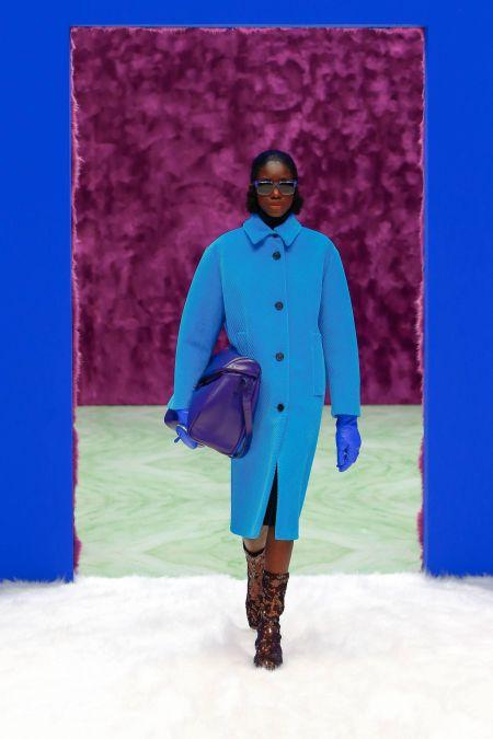 Объемная синяя сумка. Коллекция осень-зима 2021 Prada