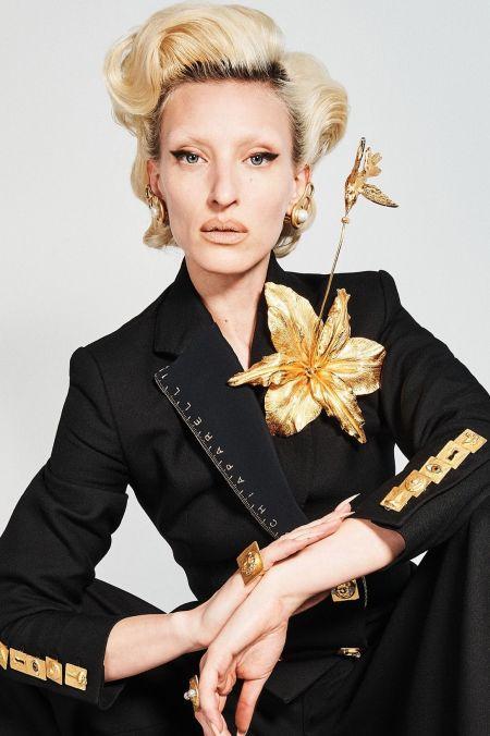 Крупная золотая брошь в виде лилии