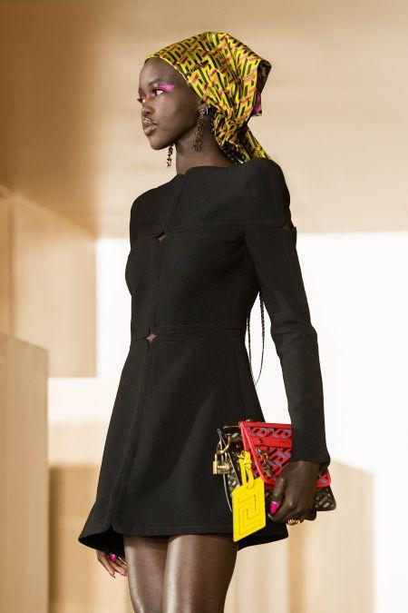 Роскошный атласный платок Versace