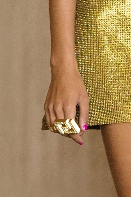 Кольцо в виде фирменного элемента Versace меандра