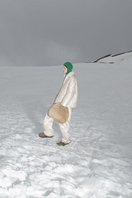 Круглая молочная меховая сумка Miu Miu