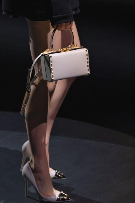 Светлая сумка-коробка со стальными шипами Valentino
