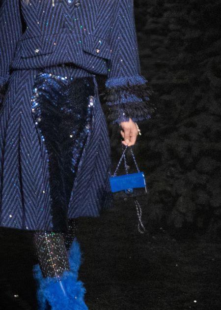 Миниатюрная синяя сумка на длинной цепочке Chanel
