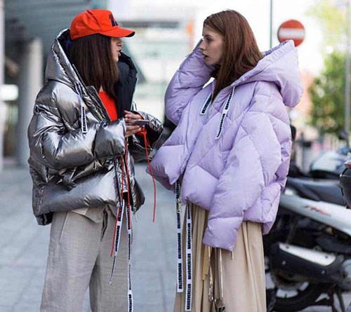 Зимняя куртка цвета металлик в сочетании с бейсболкой